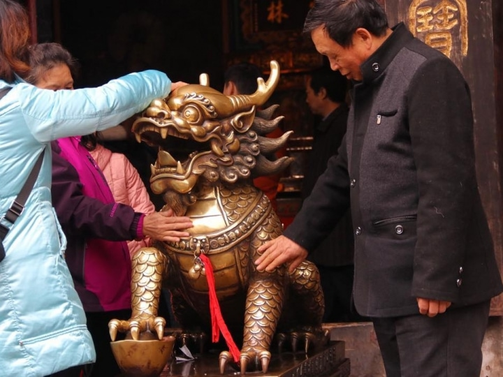 Touch and Pray , at Wenshu Monastery Chengdu , #temple #chengduexpat #travel #gold